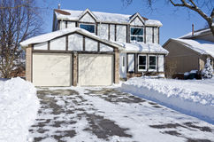 Дом и подъездная дорога покрытые с свежим снежком #1 Стоковое Изображение