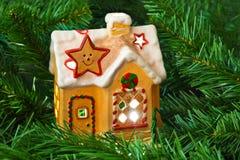 Дом и рождественская елка освещения Стоковое фото RF
