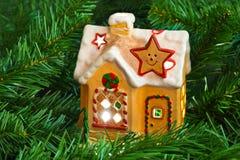 Дом и рождественская елка освещения Стоковая Фотография RF