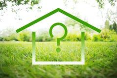 Дом и символы вопроса на зеленом ландшафте лета Стоковые Изображения