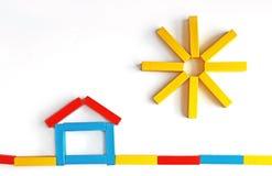 Дом и солнце, мотивы клали с покрашенными блоками игрушки стоковое фото