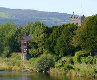 Дом и церковь, река и холмы Стоковое Фото
