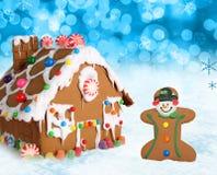 Дом и человек gingerbread рождества. Стоковое Изображение RF