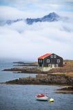 Дом и шлюпка в восточной Исландии Стоковые Фото