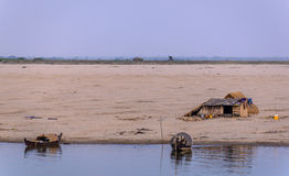 Дом и шлюпки на речных берегах стоковое фото rf