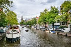 Дом канала и шлюпки Амстердама стоковые фото