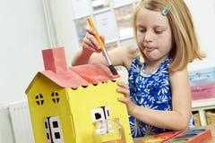 Дом картины маленькой девочки внутри помещения Стоковое Фото