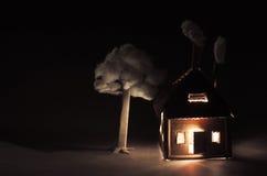 Дом картона с светящими окнами, печной трубой и белым дымом в темноте время san ночи ca francisco моста залива Стоковые Фотографии RF