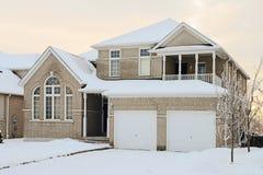Дом кирпича в зиме Стоковые Изображения RF