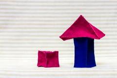 Дом кирпича игрушки с соответствуя гаражом Стоковые Изображения RF