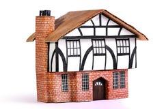 Дом кирпича и тимберса модельный стоковое фото