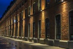 дом кирпича старая Взгляд ночи в старом промышленном квартале moscow hamburg стоковые фото