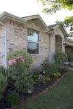 Дом кирпича с садом и гаражом Стоковые Изображения RF