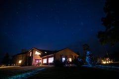 Дом коттеджа на ноче Стоковые Фотографии RF