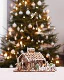 Коттедж пряника с рождественской елкой Стоковые Фото