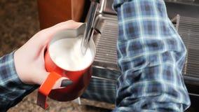 дом кофе капучино barman подготовляет Barista делая капучино Делать молоко эспрессо и пара Barista на работе подготавливая горячу видеоматериал
