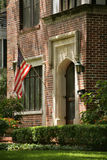 Дом красного кирпича с флагом США Стоковое Изображение