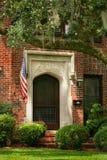 Дом красного кирпича с флагом США Стоковые Изображения
