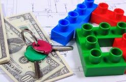 Дом красочных строительных блоков, ключей и банкнот на чертеже дома Стоковые Фотографии RF