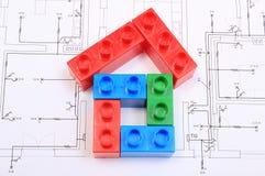 Дом красочных строительных блоков на чертеже дома Стоковое Изображение RF