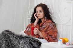 дом кровати лежит больная женщина Стоковые Изображения RF