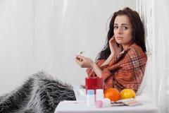 дом кровати лежит больная женщина Стоковое Изображение RF