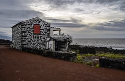 Дом лавы с красными дверями и штарками под Pico стоковое фото