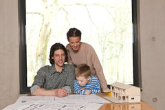 дом мальчика смотря модельна к Стоковая Фотография
