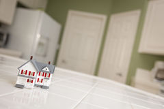 Дом маленькой модели на счетчике кухни дома Стоковые Изображения RF