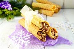 Дом меда сделал waffles в форме трубок при гайка карамельки заполняя на светлой предпосылке Стоковая Фотография RF