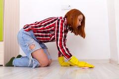 дом молодой женщины чистый стоковая фотография