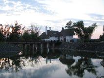 Дом на банке реки стоковые изображения rf