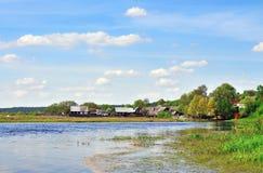 Дом на банке реки Стоковые Фотографии RF