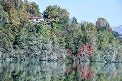 Дом на береге озера Muzzano Стоковое Изображение RF