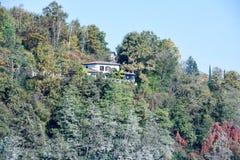 Дом на береге озера Muzzano Стоковые Изображения RF