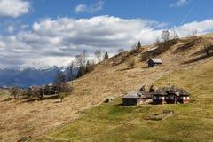 Дом на верхней части холма, снежная предпосылка горы, Стоковое Фото