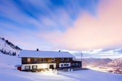 Дом на горе пока восход солнца стоковая фотография rf