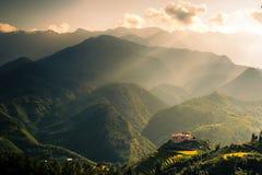 Дом на горе с восходом солнца Стоковое Изображение RF