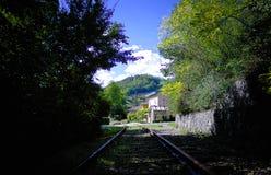 Дом на железной дороге стоковые изображения