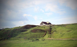 Дом на зеленом холме Стоковое Изображение RF