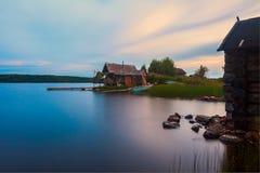 Дом на карельском озере Стоковая Фотография RF