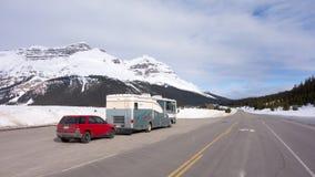 Дом на колесах останавливая в нейтральном положении вдоль бульвара льда в весеннем времени Стоковые Изображения RF