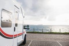 Дом на колесах припаркованный перед морем стоковые фотографии rf