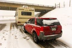 Дом на колесах и автомобиль покрытые с снегом в бело--вне условиях стоковое фото