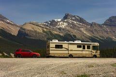 Дом на колесах и шлюпка на национальном парке в Альберте стоковое фото