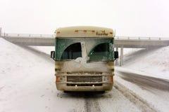 Дом на колесах покрытый с снегом в бело--вне условиях Стоковое Фото