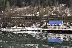 Дом на озере горы Rica (Ritsa) в абхазии Стоковые Изображения