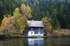 Дом на озере стоковое изображение