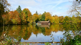 Дом на озере Стоковое фото RF