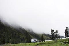 Дом на основании холма на ледниковом озере и запруде Kaunertaler Стоковая Фотография RF